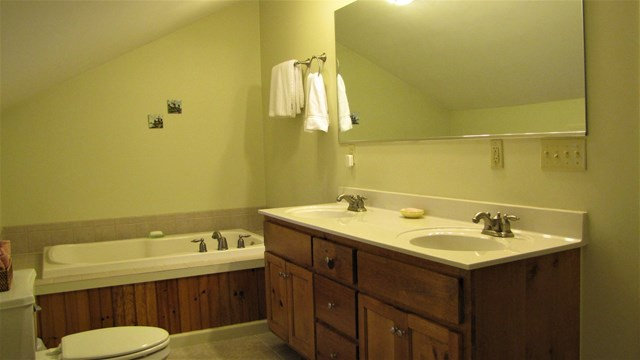 Twin vanities and jetted tub